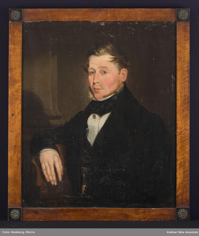 Bröstbild av en borgare (sannolikt sjömanshusombudsman i Kalmar Johan Matthias Ringsten, 1794-1864). Bred svart halsduk, kråsnål med pärlor i bröstvecket och ring med sten på högra handens lillfinger.