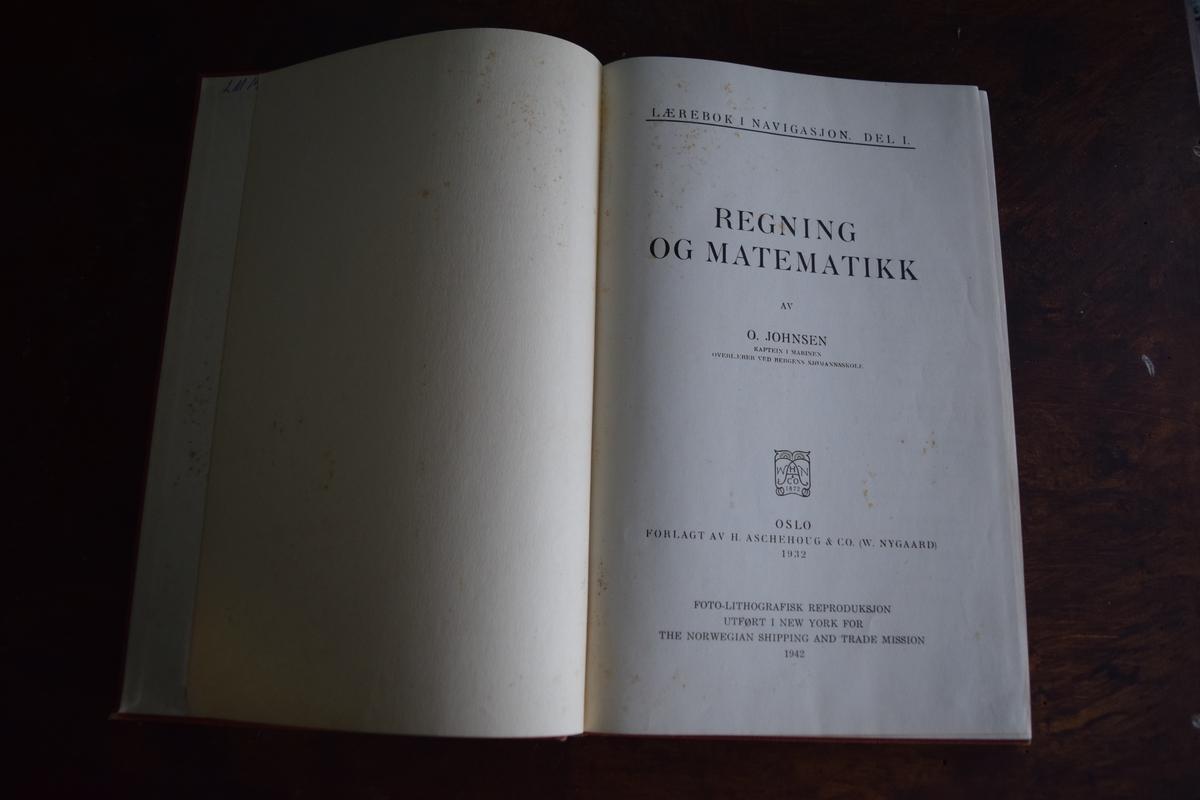 Bøker fra Sjømannskole under andre verdenskrig. To bøker om navigasjon(en lærebok og en oppgavebok) og en protokoll.