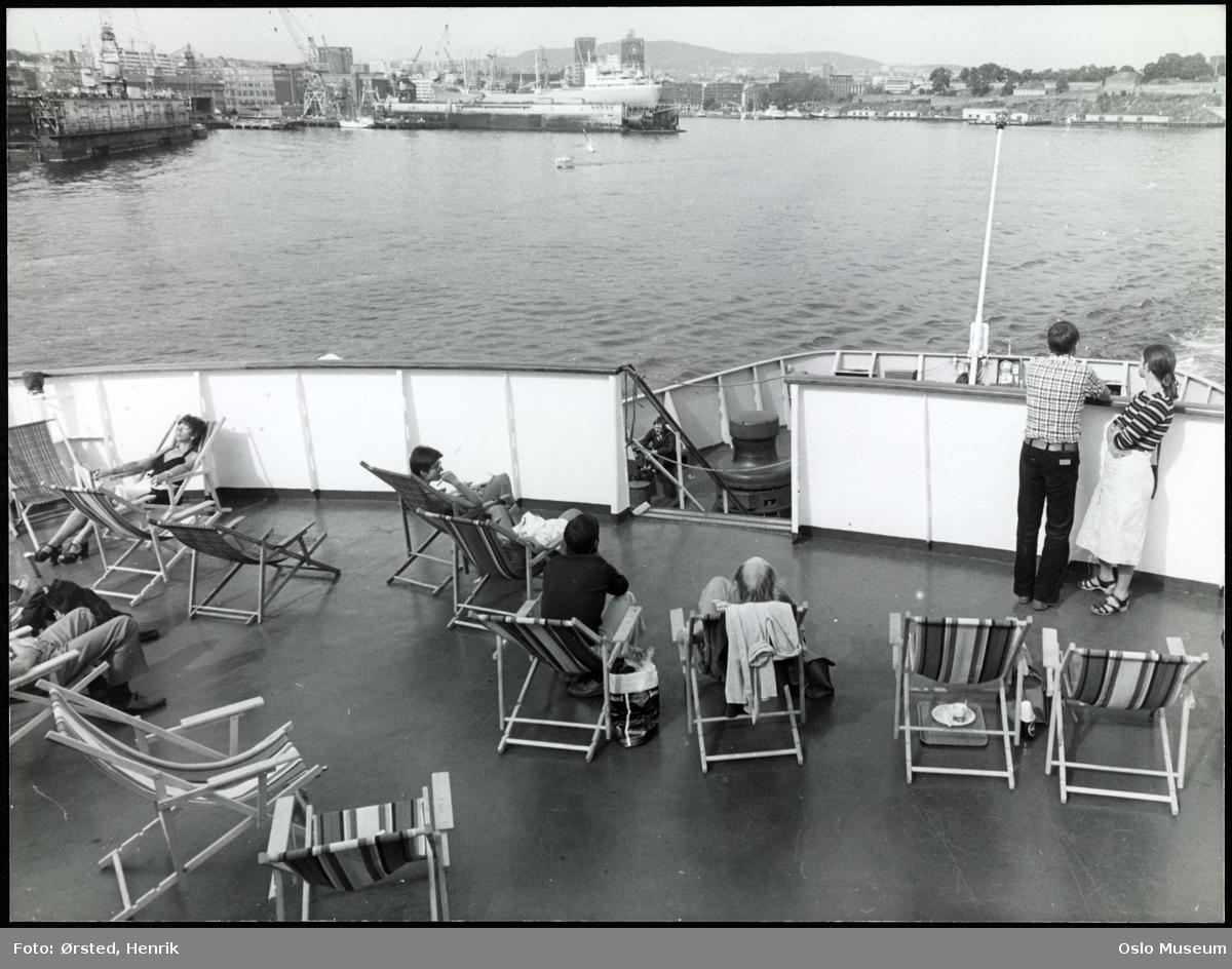 """danskebåt """"Peer Gynt"""", skipsdekk, mennesker, fluktstoler, fjord, Akers mek. verksted, rådhuset, Akershus festning"""
