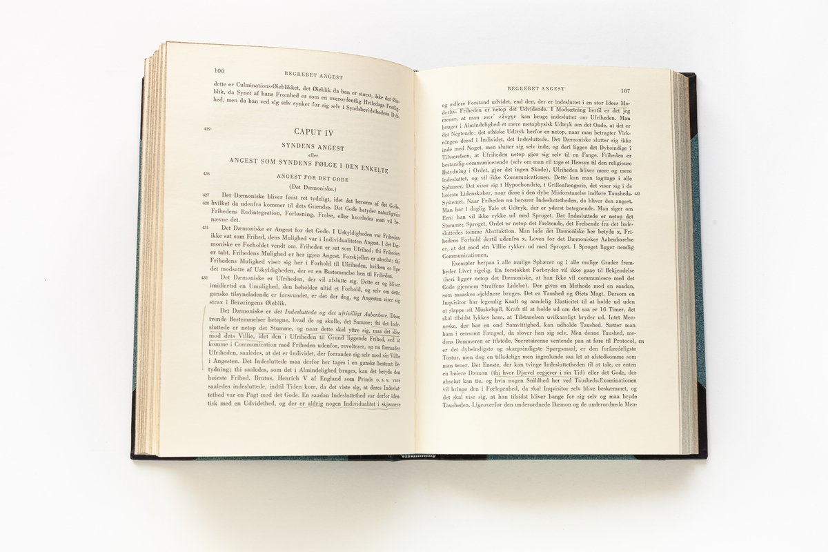 """3. juni 1958 skriv Olav H. Hauge i dagboka si:  """"SØREN KIERKEGAARD: SKRIFTER I UDVAL. I-IV Ein er for gamal til å byrja på Kierkegaard. Ein skulde ha lese han fyrr, då ein var tjuge, då alle spursmåli var brennande. Når ein er upp i dei 50, har ein løyst spursmåli, kvar på sin skrøpelege måte, og det er for seint å gjera det umatt."""""""