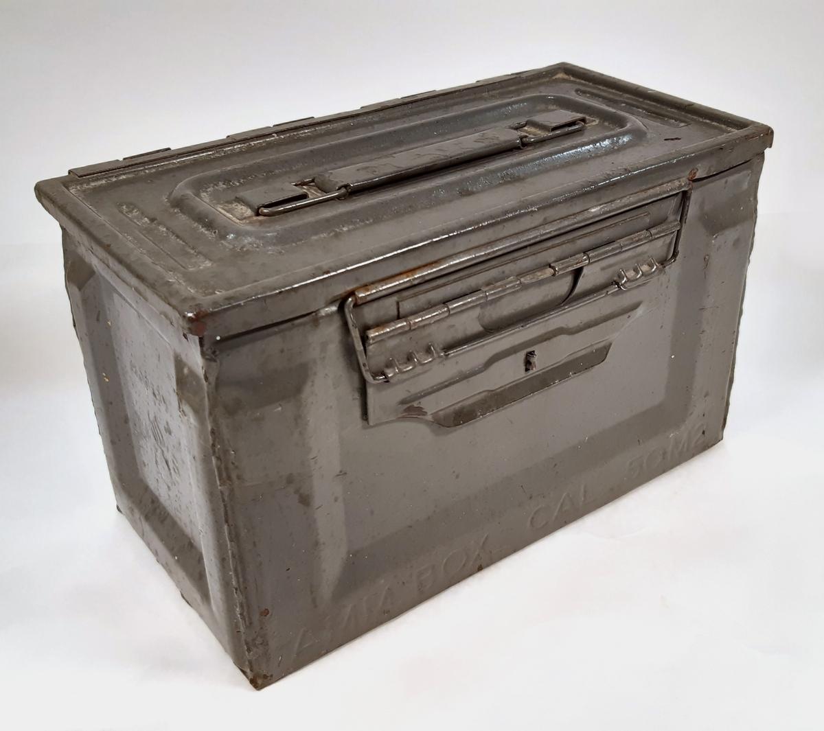 Ammunitionslåda för 50 mm, med små detaljer för borr och nyckelverktyg.