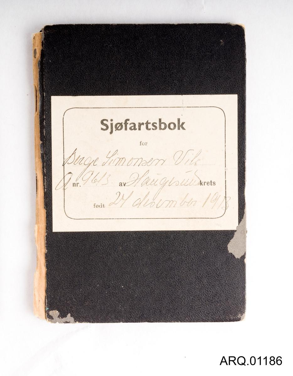 Sjøfartsbok for Berge Simonsen Vik. Stemplet første gang ved Sjømanskontoret i Bergen av Mønstringsvesenet. Lister med all avmønstring og påmønstring ved ulike fartøy i perioden 1949-1967. Det er også satt opp den marine deltakelsen under 2. verdenskrig, med stempel fra mønstringsvesenet. Det står 18.06.1942-22.10.1945. Er også en liste over stønader som er utbetalt i forbindelse med sjøfarten. Ellers er det også trykket generell informasjon til eier.