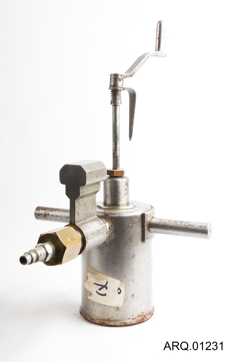 Hoveddelen av dette verktøyet er en sylinder m/hulrom, denne sylinderen har gjenger nederst. Sylinderen har håndtak/moment (en stålstang som går gjennom sylinderen) for å kunne skru nok til. Det går et rør ut av sylinderen som har gjenger og mutter for å feste noe der, det kan f.eks være andre rør eller slanger. På toppen av sylinderen er det en del som kan skrues ned i sylinderen, denne delen kan være en slags nøkkel som skal skru av noe/feste noe.