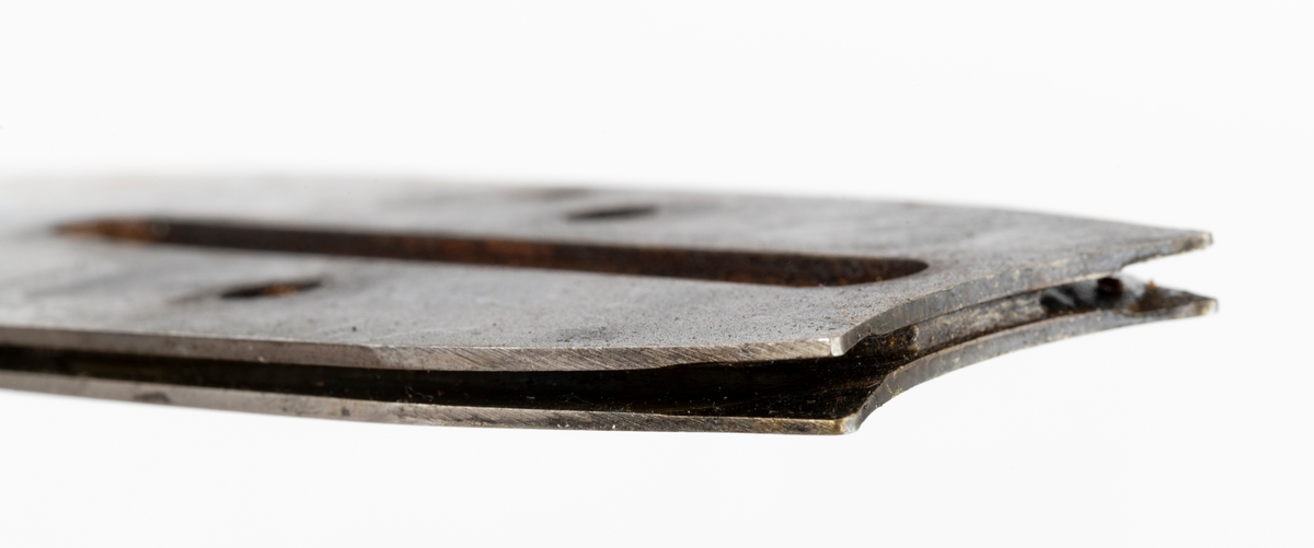 Sverd, motorsagsverd, laget av fjærstål. Sverdet har innvendig styring: Det er utfrest et spor i sagsverdet der kjedets drivlenke (sporrenser, styrelenke) går.  Sporrenseren holder sporet rent, tar med seg olje og styrer kjedet slik at det ikke vingler. På begge sider av det utfreste sporet er det glideskinner som kjedets sidelenker ligger an mot. Sverdet er utstyrt med en opplagret trinse (endetrinse, topptrinse), som kan smøres med fettpresse. (Smørehull på ved siden av topptrinsens nagler.) Det er for øvrig sverdspissen som utsettes for de største påkjenningene. I bakkant har motorsagsverdet oljehull (hull for tilførsel av kjedeolje). Sverdet er preget av bruk, og har en bulk ved overgangen til sporet der sverdet festes til saga.