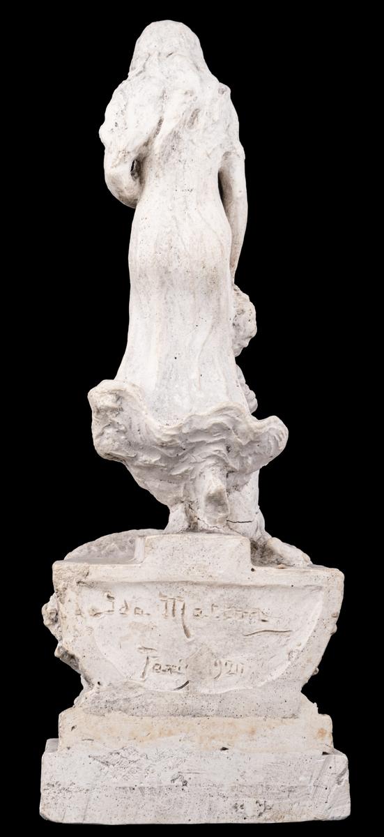 Skulpturskiss av Ida Matton, signerad Paris 1920, till gravmonument för redarfamiljen Brodin i Gävle. Kvinna med blommor i händerna med ett barn med blomgirlang sittande framför fötterna. Båda placerade på en trekantig sockel som liknar stäven på en båt.