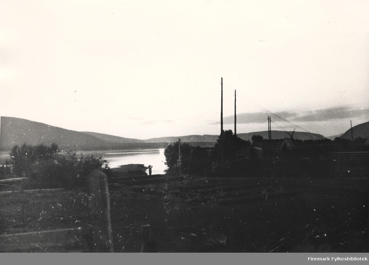 Her er et stemningsbilde. Midnattsol over Pionerkompaniets leir i Seida ved Tanaelva, 1939.