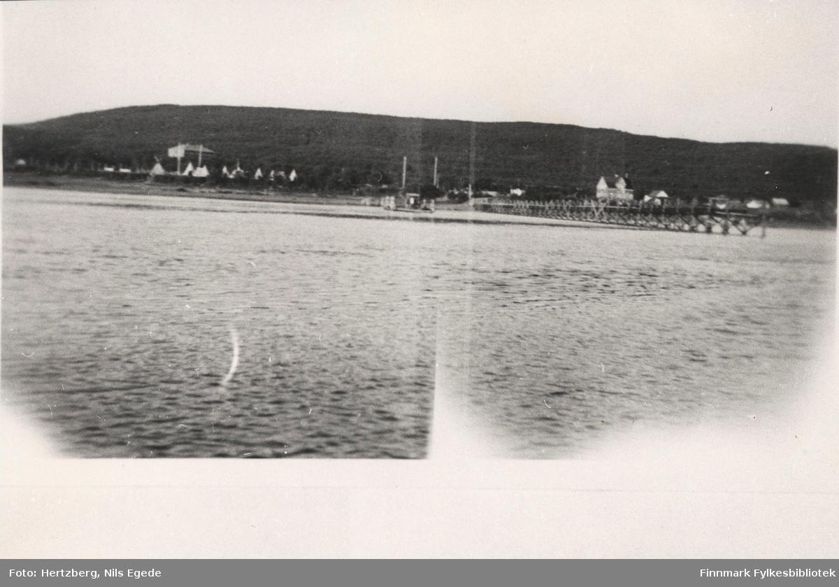 Brubygging over Tanaelven i Seida, 1939. Oversikt over Seida. Leiren til venstre med skoleinternatet i bakgrunnen. Løytnant Tapios hus til Høyre.