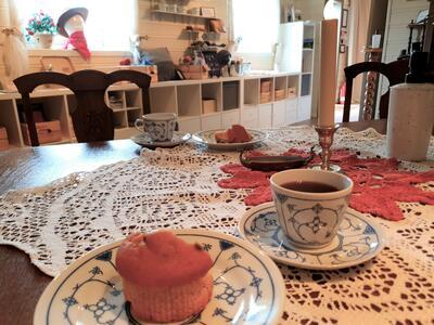 kaffiservise med bakevarer på bord med duk. Foto/Photo