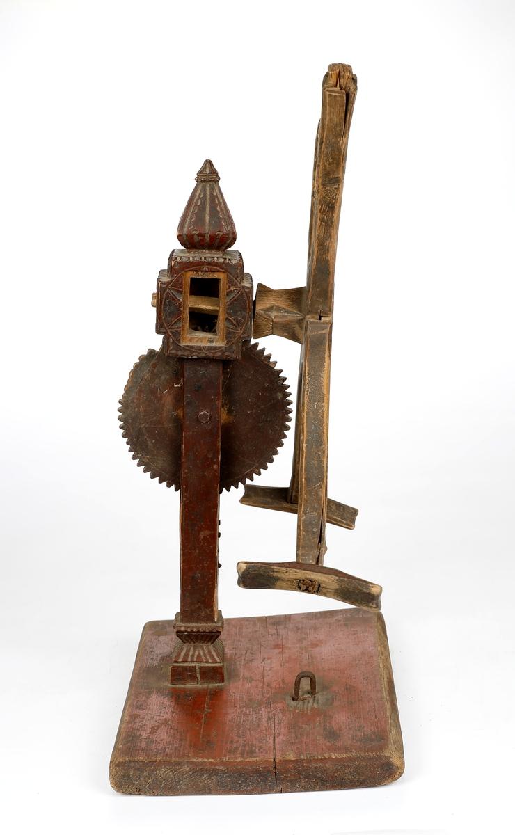 Hespetre med telleverk (basmehjul) og fire armer. Stativet er dekorert med utskjæringer.