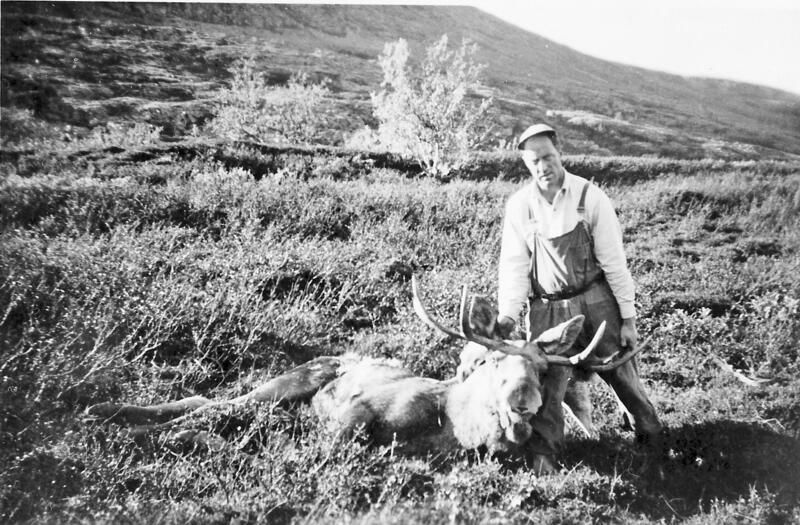 Ved Klettbekken. Ola Blæsterdalen f. 1923 har felt ein stor bringe. 1959. (Foto/Photo)