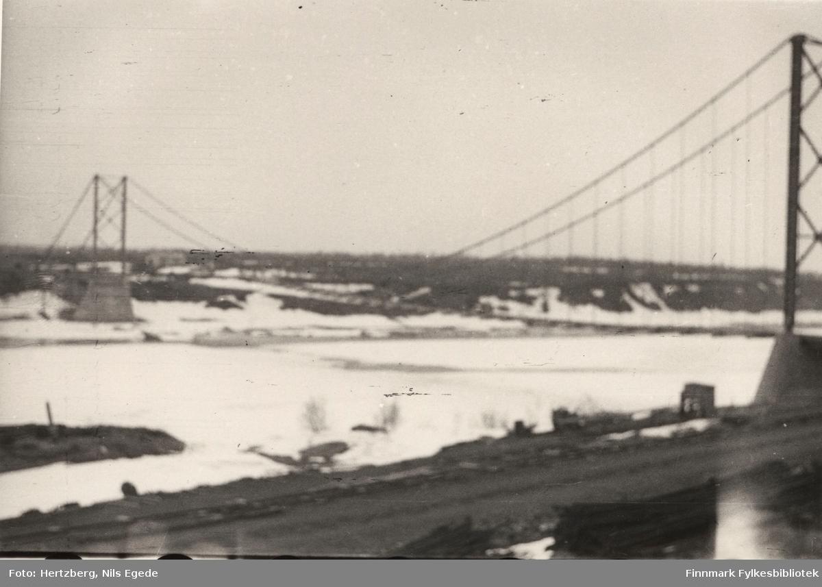 Byggearbeidet foregår på Tana bru, 1947. Oversikt over Tana bru. Uskarp bilde. Se også bildene 280-312.