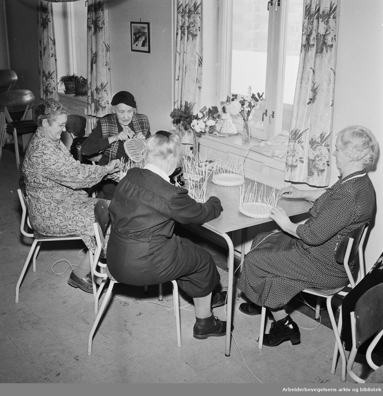 Pensjonister på Sosialtrygdens hobbykurs i Vøyensvingen 6. Februar 1958