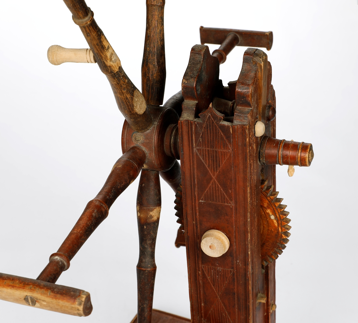 Rødbrunt hespetre med seks armer og telleverk. Ser ut til å være reparert med nydreid håndtak, ny ende på aksel og ny hette på enden av en dreid tapp i huset rundt telleverket. Har hatt tapper mellom armene en gang. Foten har to bøyler til garn og to armer til snelle.
