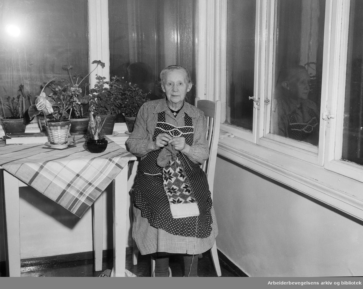Pleiehjem i Oslo. Mina Guldbrandsen, beboer på Solvang pleiehjem i Strømsveien. Januar 1957..