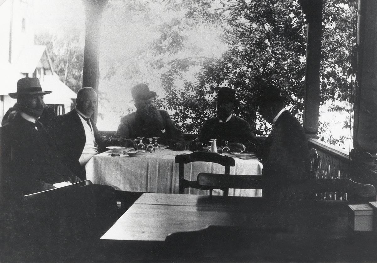 Källarmästare August Gustafsson och fyra andra gäster på verandan i Evedal, Växjö, ca 1900.