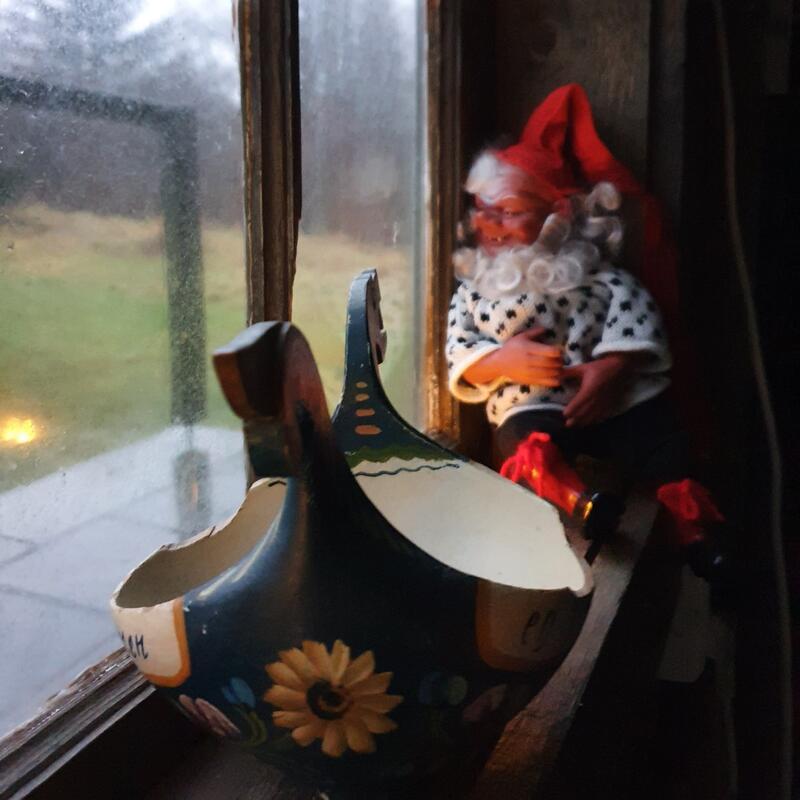 Fjøsnisse og ølkjenge i vinduskarmen (Foto/Photo)