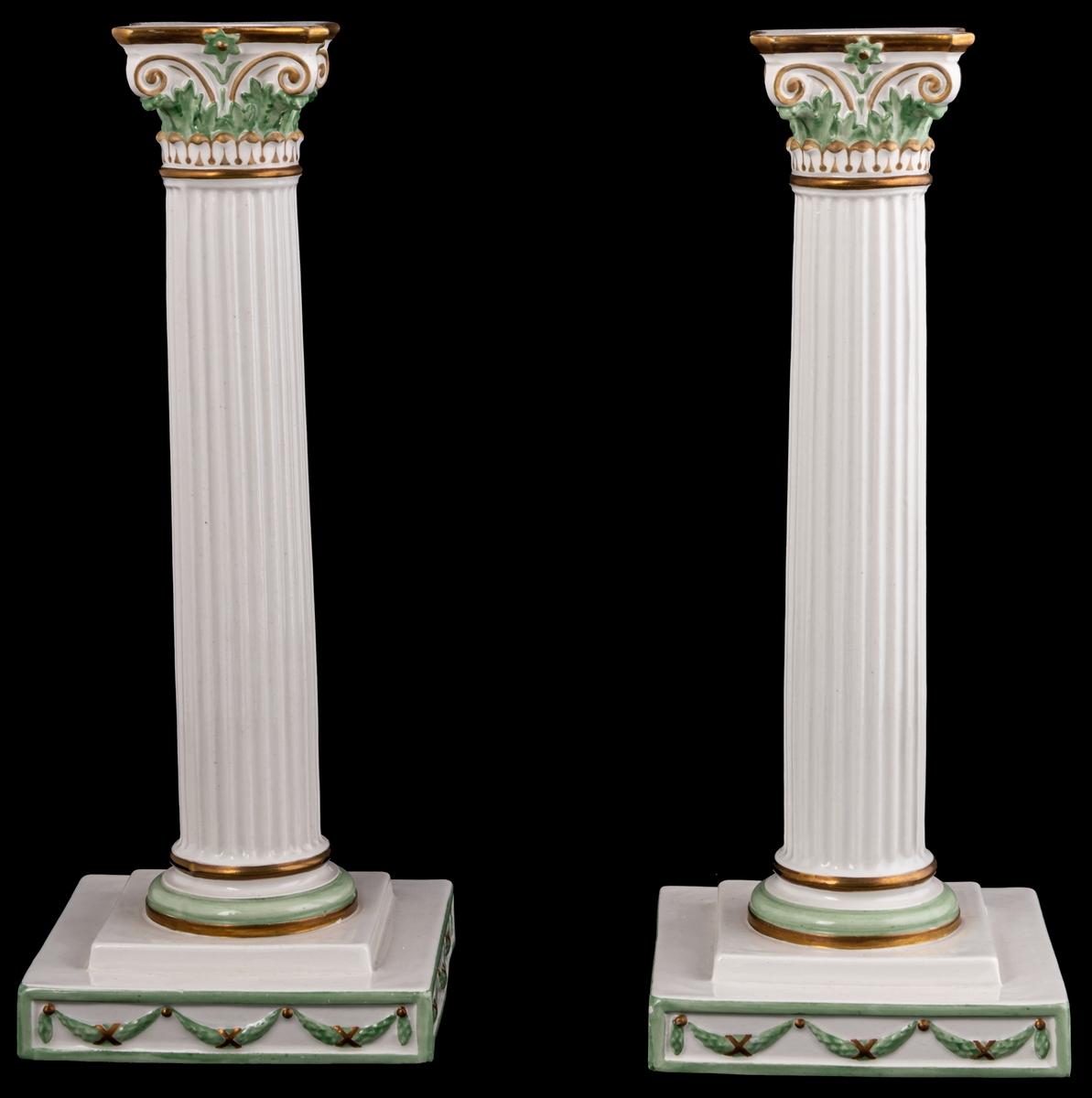 Kolonnformad ljusstake av flintgods, vit med dekor i guld och grönt.