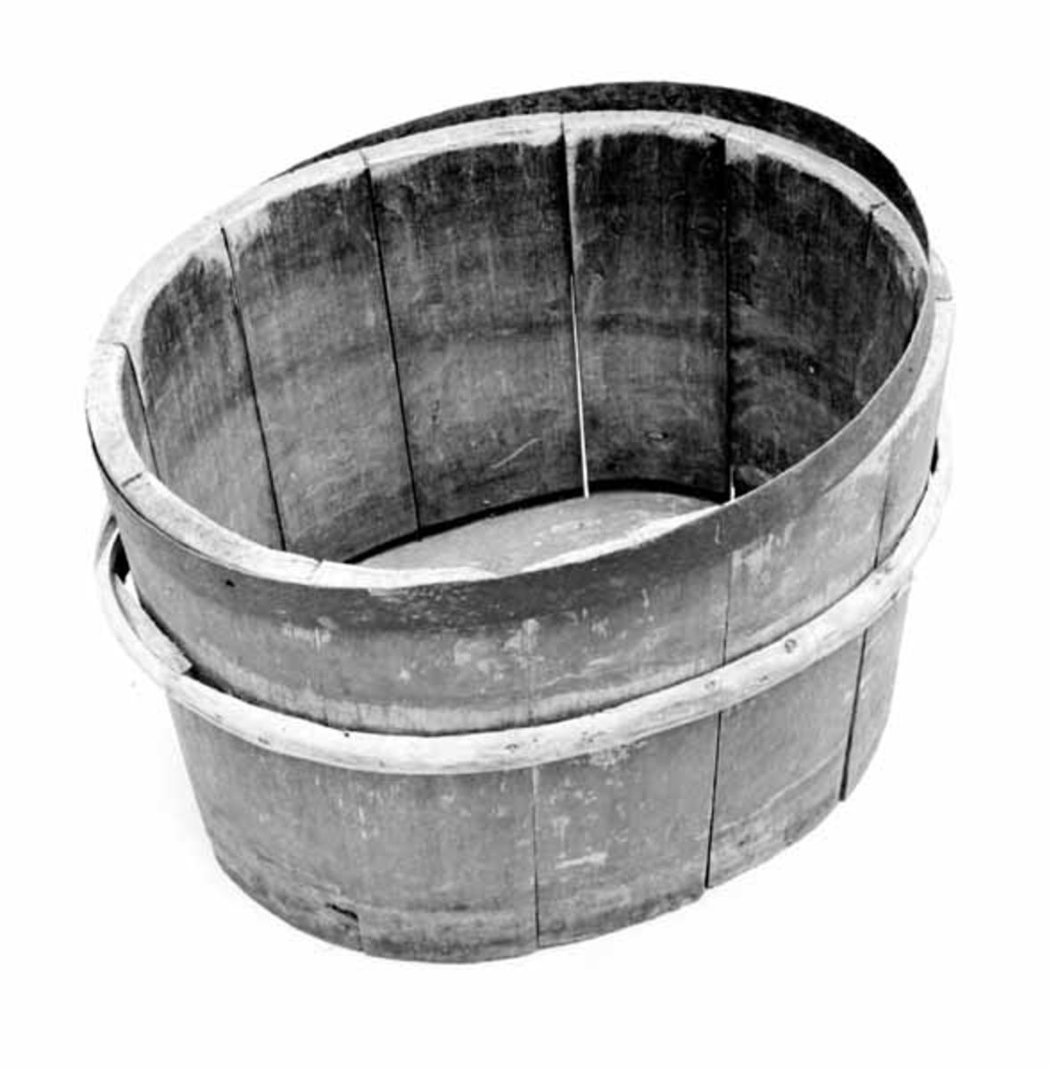 Butte, eller fiskebutten er lagget, antagelig av gran, og er rødmalt utvendig. I bunnen er et gjord av jern, og øverst et av einer. Butten er oval, og i bunnen er en rekke initialer og 1799 innskråret. Den har dobbelt stav, muligens er den innerste staven satt i etter butten ble tatt i bruk. Den er brukt på Fiskevollen, Rendalen.