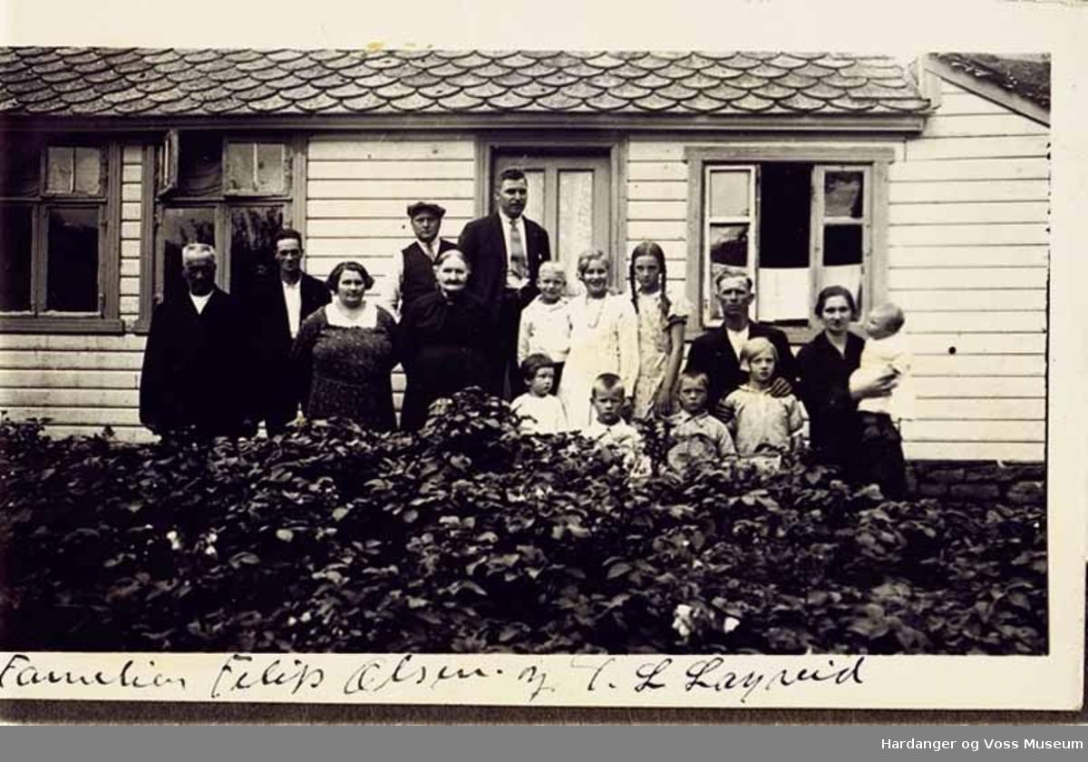 Gruppe, kvinner, menn, born, tre, hus. Familien Filip Olsen og Torbjørn L. Lægreid