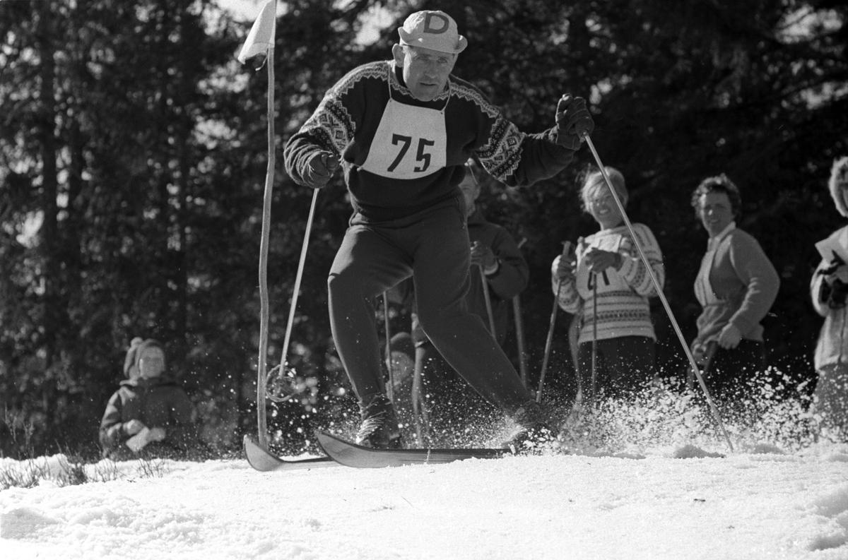 Sverre Johannessen med startnummer 75 i flott stil gjennom slalåmportene.  Blåveis-rennet, Kolsås 9. april 1961.  Fotografert av Johan Brun.