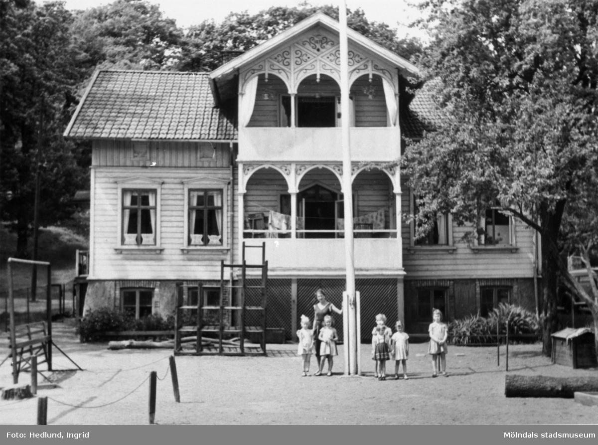Bosgårdens barnträdgård 1938-1945. Förskollärare och barn utanför byggnaden. Huset var först en herrgård men efter detta fanns olika verksamheter där, bl.a boende för pojkar som gick yrkesskola, BB, daghem osv. Byggnaden revs 1982.