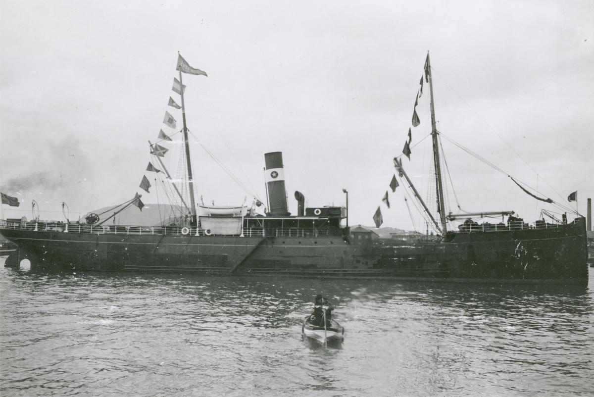 Last- och passagerarångfartyget ARTEMIS, tidigare SEA GULL, byggt år 1893 i Dumbarton. Kortet taget före år 1909. Datumet kan fastställas pga rederiets namnbyte  från Södra Sverige till Svea den 12/2 år 1909. Refoto ur minnesalbum till Jacob Gustaf Sellervall.