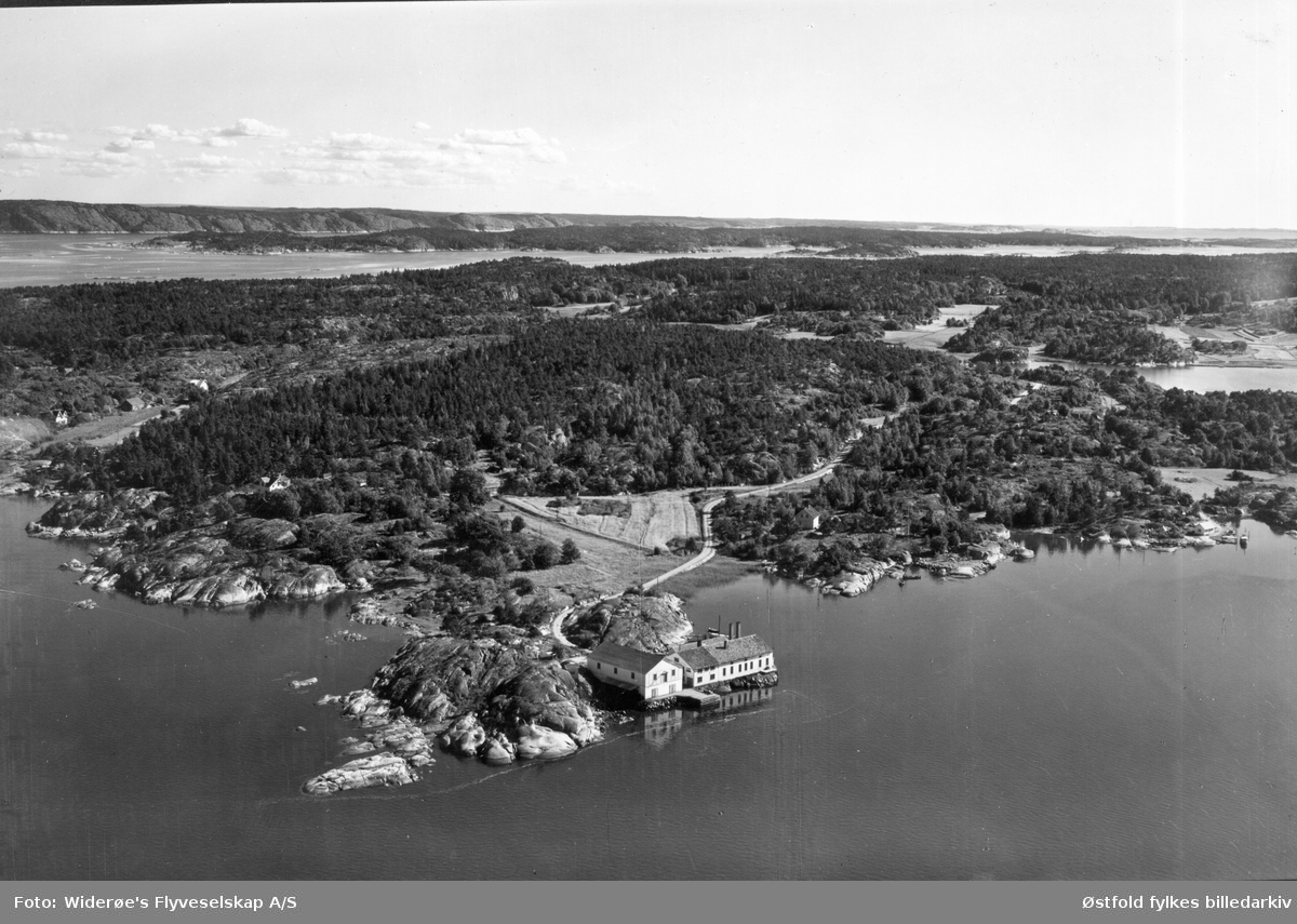 Brevik - Edholmen, Hvaler ca. 1950-55. I bakgrunnen Svenskelandet og Sandøyene. I dag er sildefabrikken marina. Edholmen idag landfast, tidligere en holme. Postkort.