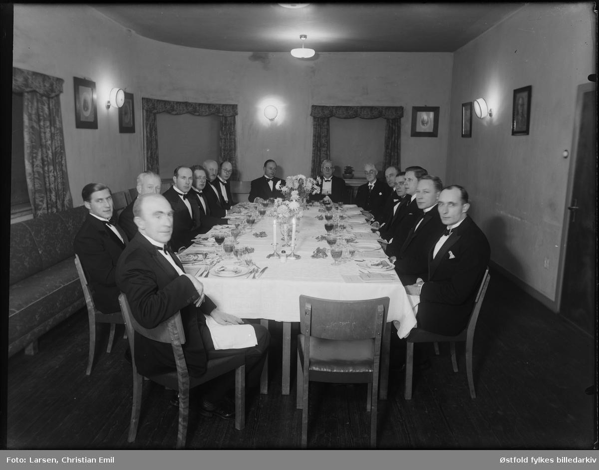 Ukjent gruppe festkledde menn rundt dekket bord, ant Sarpsborg distriktet, 1946.
