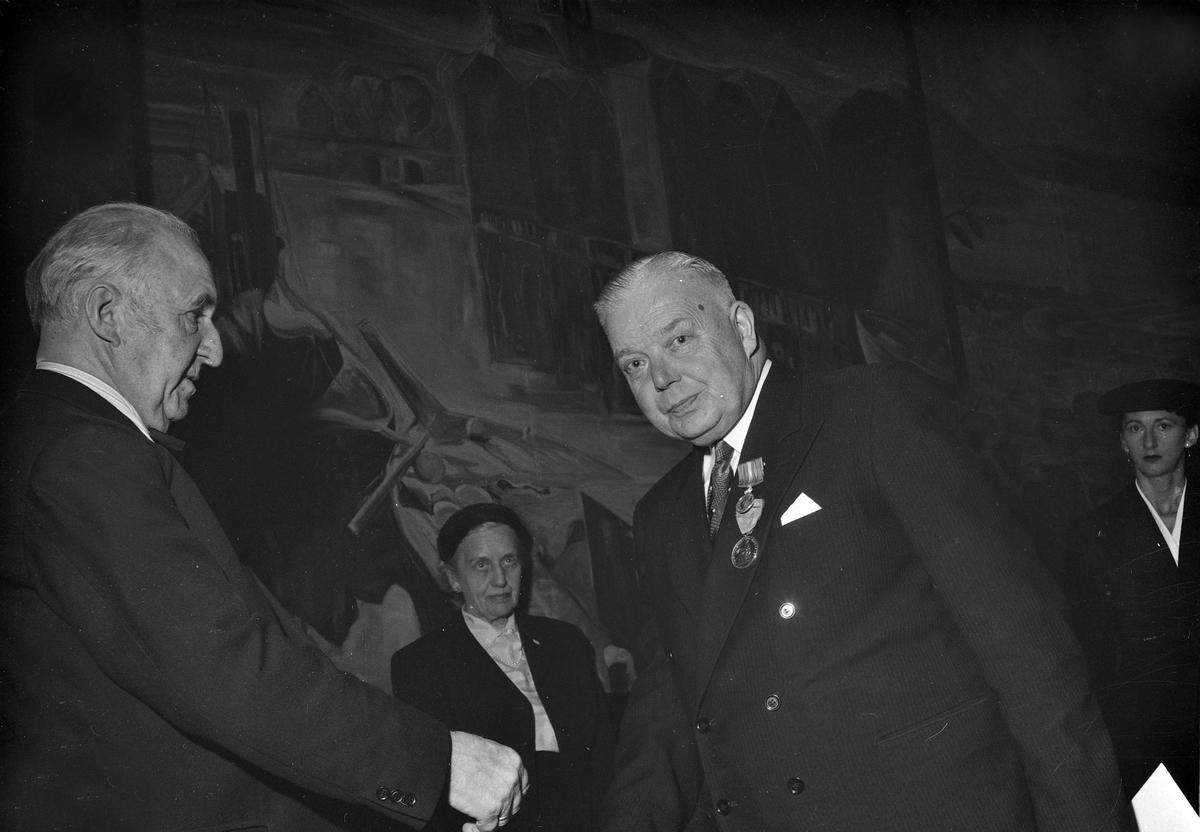 Medaljeoverrekkelse ved Trolla Brug. Halvard Kjærvik får H.M. Kongens fortjenestemedalje i sølv av styrets formann, kommandør Olav Bergersen i Britannia