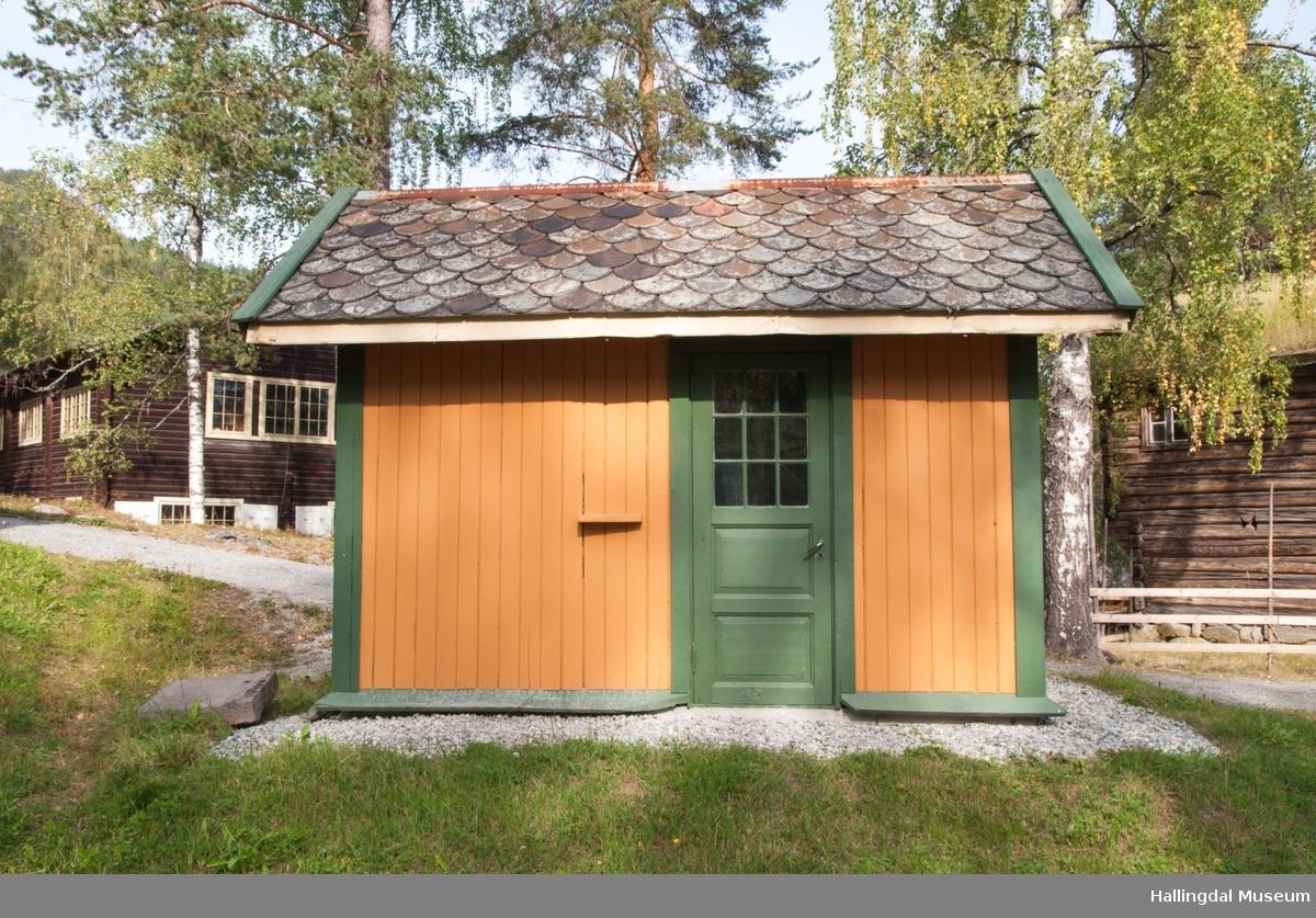Privet fra 1913   Bygd som utedo på Liodden stasjon (1913-1984) senere brukt som olje- og redskapsbu. Flyttet hel til Hallingdal Museum.  Bergensbanen er jernbanen mellom Oslo og Bergen.  De ulike strekningene ble åpnet etter hvert som de ble ferdige.  Fra 1. des. 1909 kunne man kjøre hele strekningen direkte.   I Hallingdal var det 12 stasjoner mellom Flå og Haugastøl, senere kom det til 4 nye mindre stasjoner og 18 holdeplasser. I 2012 er det 7 stasjoner, bare en er betjent. Liodden stasjon ble opprettet i 1913 og delvis betjent av en privatperson.  Fra høsten 1958 var stasjonen ubetjent. Betjening av gods ble drevet videre av private fram til 1967. Persontrafikken ble nedlagt fra mai 1982.  Holdeplassen ble formelt nedlagt i juni 1984.   Arkitektur Det var viktig å få stasjonsanleggene til å framstå som uttrykk for den nye tid.  Stiluttrykket var derfor et bevisst valg. Harald Kaas tegnet en del vokterboliger og stasjoner langs Bergensbanen, deriblant Liodden, Bergheim, Kolsrud og Ørgenvika.  Han forlot sine forgjengeres Jugendstil og nærmet seg Nybarokken   Å reise med tog En jernbanestasjon var tidligere noe helt annet enn i dag.  Lasting og lossing av gods, bespisning for de reisende, toalettbesøk osv. medførte at togene stod atskillig lenger på stasjonen enn de gjør idag.  Rundt 1900 begynte togene å få toaletter ombord, men det tok mange år før dette ble vanlig.  Stasjonenes priveter var derfor viktige for de reisende.  Selv om det ikke kunne være for lang vei fra toget til privéten lå den av lukthensyn litt vekk fra stasjonsbygningen.   Utedo Utedass, utedo eller privet er en do som er plassert i en egen bygning eller i et uthus. Det sentrale element i priveten er en benk med hull passende til størrelsen på brukernes bakender, og er i motsetning til et vannklosett ikke tilkoblet vann og kloakk.  Antallet seter kunne variere.  Avfallet ble samlet opp i en binge som vanligvis avga sjenerende lukt. Til dopapir ble gjerne brukt gamle aviser. Dette måtte myknes 