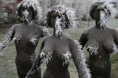 Iset nyfeminist-skulptur