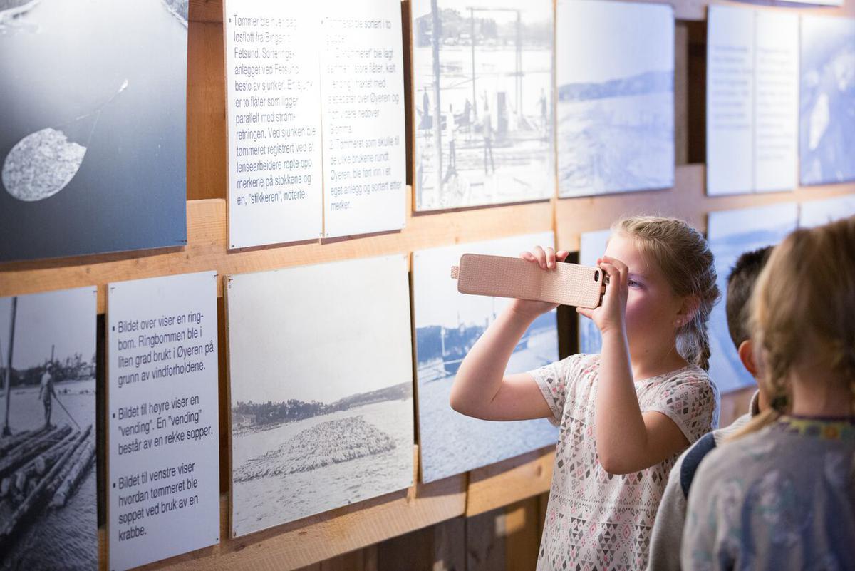 Barn som ser på utstilling av fløtingshistorie (Foto/Photo)