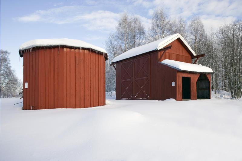 To røde hus som ble brukt som stasjon for værmåling