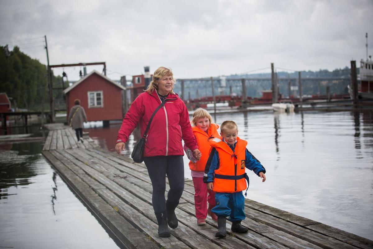 Dame med to små barn går på flåteganger