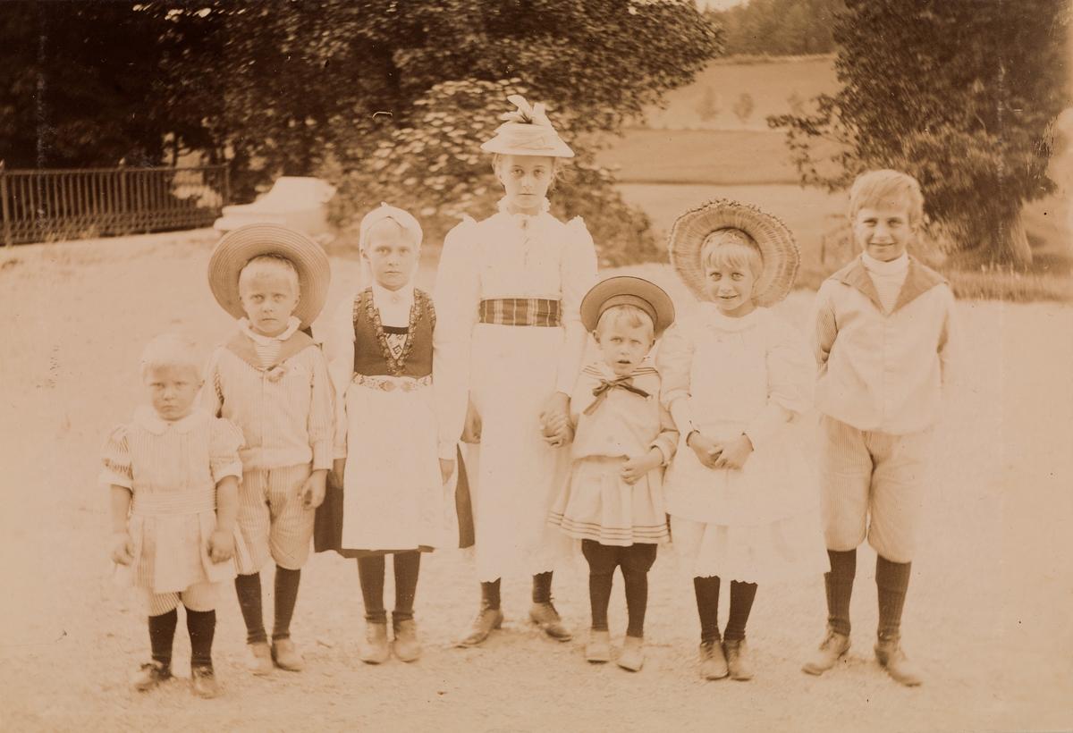 Gruppeportrett. Fra venstre: Mogens, Haaken, Minnie og Anna Christensen, Jens Hjorth, Eva og Arne Christensen.