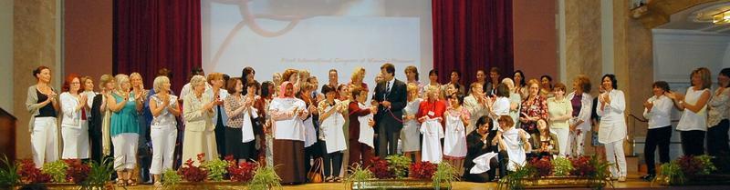 Åpningsseremoni med alle deltakerne på scenen. Fra første internasjonale kvinnemuseumsmøtet i Merano 2008 (Foto/Photo)