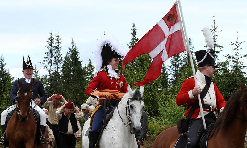Mann i prinsekostyme kommer ridende med dansk flagg (Foto/Photo)