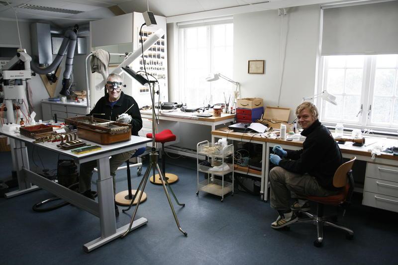 Konservator Mats Krouthén og hans praktikant arbeider i Konserveringsverkstedet.