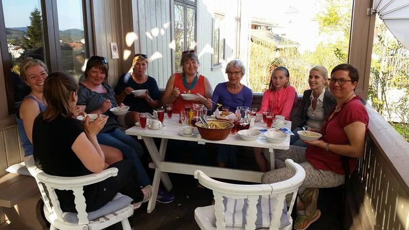 Matservering på verandaen med frivilliggruppa Kvinnemuseet