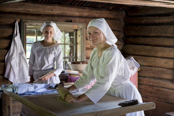 Two women baking lefse. Foto/Photo