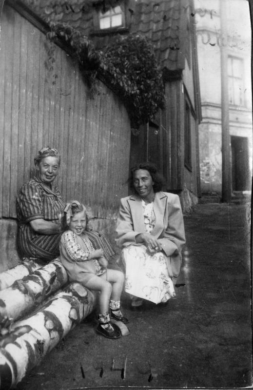 Tre generasjoner kvinner på Enerhaugen
