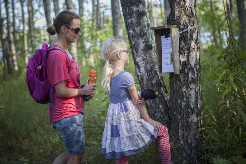 Foto av mor og datter som prøver seg på natursti