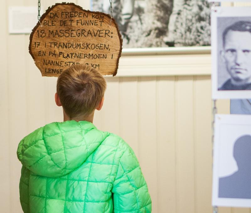 Gutt ser på utstilling (Foto/Photo)