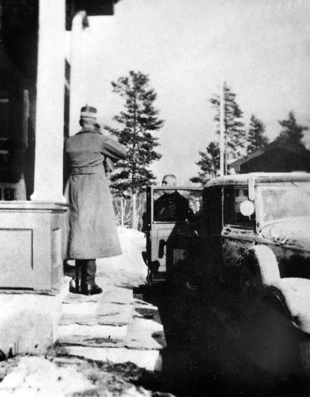 Kong Haakon og Curt Bräuer på Elverum folkehøgskole Foto: Ukjent fotograf/Glomdalsmuseets fotoarkiv