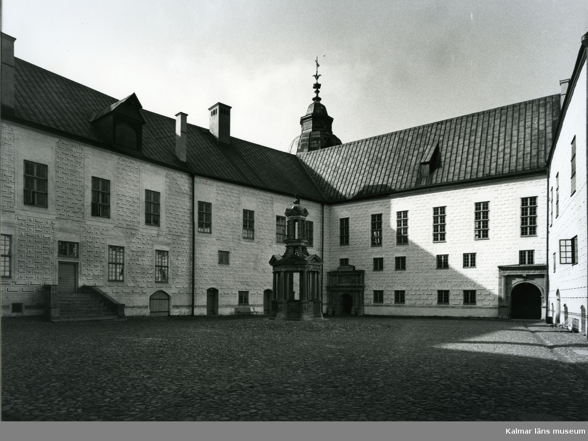 Kalmar slott, borggården med brunnen