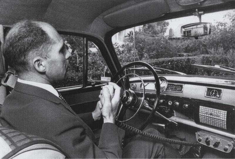John Ragnar Veastad fra Televerket ringer med den første OLT-telefonen