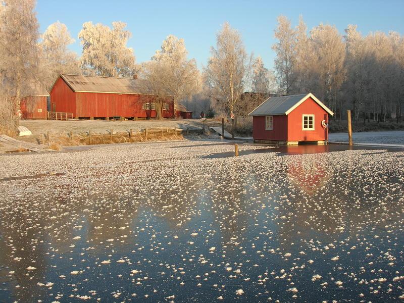 Foto av hvilebrakke og båthus om vinteren (Foto/Photo)