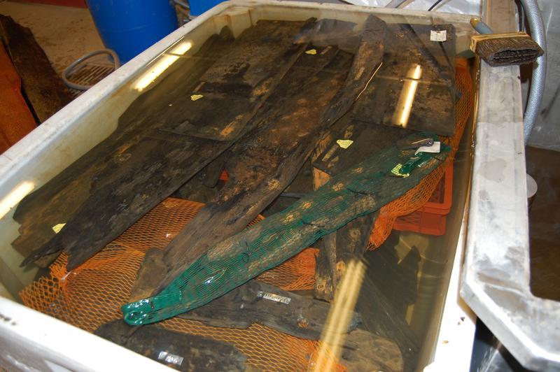 Båtfunnet Barcode 6 ligger oppbevart i vann i påvente av konservering.