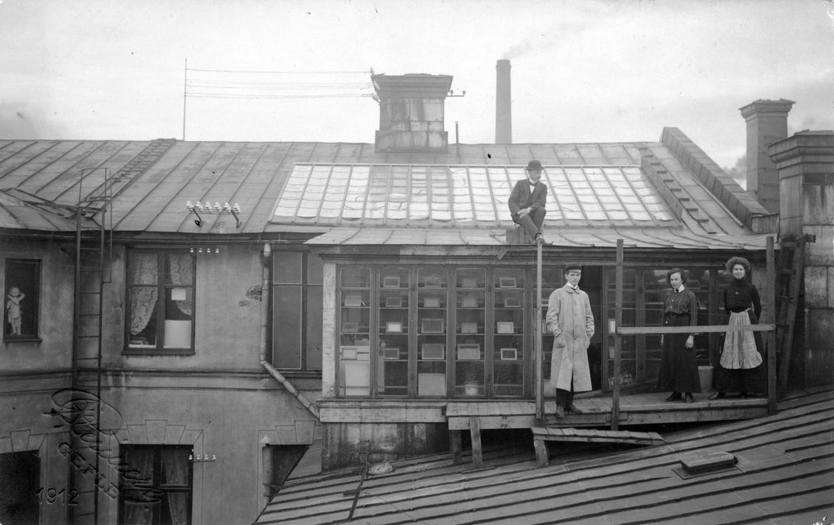 Gustaf Reimers fotoateljé. Vännen Josef Porrvik på taket de andra är hans biträden, Gunnar Hermansson, Lilly Gustafsson och Judit Sandin.