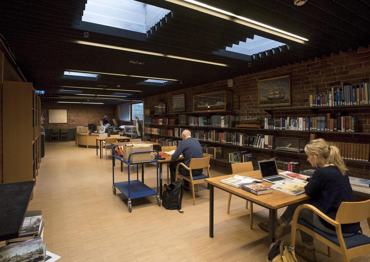 Interiør fra biblioteket på Norsk Maritimt Museum.